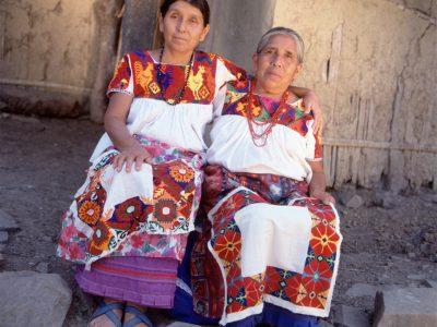 Bajelia Bautista y Magdalena Flores, Bordado
